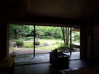 160614浜松市茶室「松韻亭」④、立礼席から庭園を見る (コピー).JPG