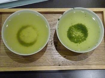 170124茶カフェ深緑茶房お茶教室08、モガ茶と碾茶の水色 (コピー).JPG