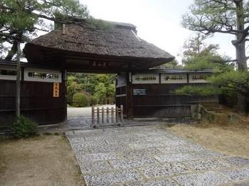 170310東山荘②、茅葺の正門と銅板葺の塀 (コピー).JPG