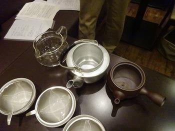 s_171031深緑茶房「お茶教室」⑨、急須の材質の違い.JPG