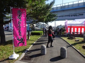 s_171103ちりゅう野点茶会と茶店04、ジャズダンス(忍者のあんこ餅席).JPG
