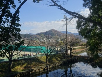s_171210友の会現地研修「玄宮園」18、佐和山を見る.JPG