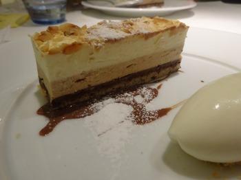 s_180108ポール・ボキューズ名古屋⑦、チョコレートとヘーゼルナッツのケーキ.JPG