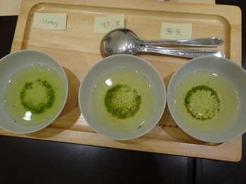 s_180226茶カフェ深緑茶房「お茶教室」⑦、飲み比べ1煎目.JPG