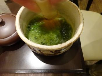 s_180319深緑茶房「お茶教室」⑥、粉末煎茶を茶筌で点てる.JPG
