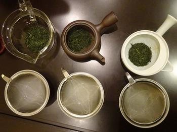 s_171128茶カフェ深緑茶房「お茶教室」⑤、飲み比べ(材質の違う急須).JPG