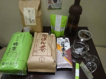 s_171219深緑茶房「お茶教室」③、飲み比べる番茶.JPG
