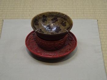 s_180301彦根城博物館11、玳皮盞梅花文天目茶碗と堆朱花卉文天目台.JPG