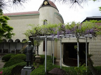 s_180407桑山美術館④、本館と藤棚.JPG