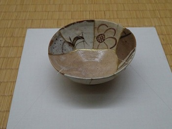 s_180503荒川豊蔵資料館33、織部呼継茶碗.JPG