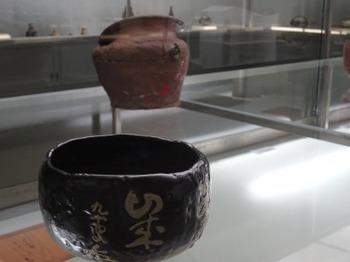 s_180901とこなめ陶の杜12、黒楽茶碗銘「萬歳」.JPG