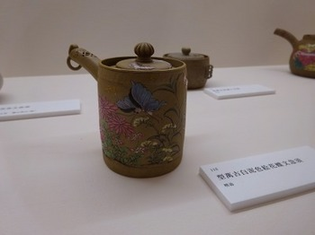 s_181004ばんこの里会館12、型萬古白泥色絵花蝶文急須(明治).JPG