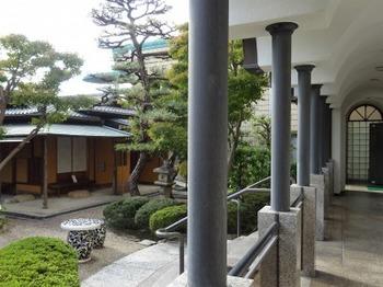 s_181027桑山美術館⑦、回廊から見る庭園.JPG