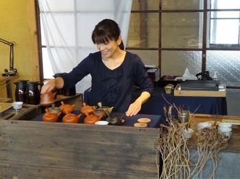 s_181103和紅茶呈茶03、席主(中根めぐみさん).JPG