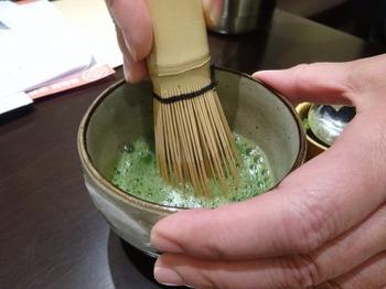 s_181113深緑茶房お茶教室12、粉末緑茶を茶筌で点てる.JPG