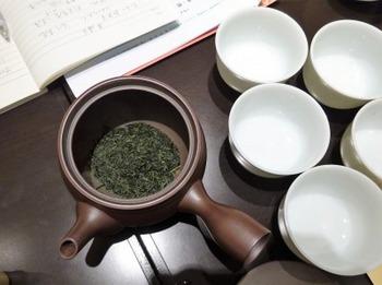 s_181113深緑茶房お茶教室15、伊勢深蒸し茶を急須で淹れる.JPG