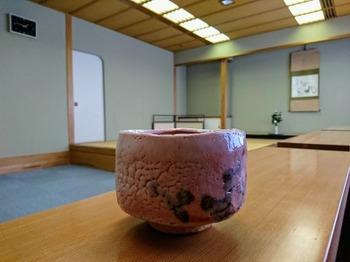 s_181211多治見市美濃焼ミュージアム03、加藤孝造「志野茶盌」.JPG
