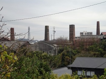 s_181223常滑めぐり07、煙突と窯の風景.JPG