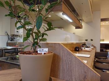 s_190628茶カフェ深緑茶房02、カウンター席.JPG