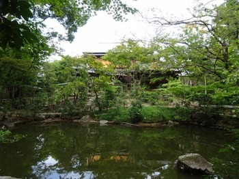 s_190912昭和美術館05、池越しの南山寿荘.JPG